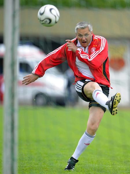 Hubert Hüppe beim Aufwärmen vor einem Spiel des FC Bundestag in Schwäbisch Hall